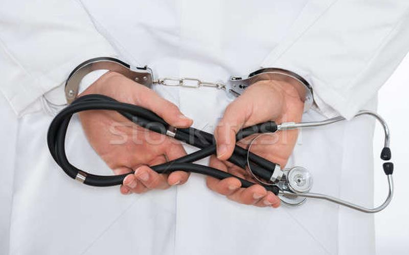 Un medic din Moldova, condamnat la 5 ani închisoare pentru acțiuni cu caracter sexual față de o fostă pacientă minoră
